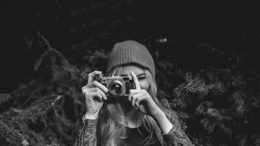 chica haciendo fotos gratis