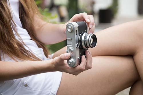 chica con camara de fotos libre de derechos