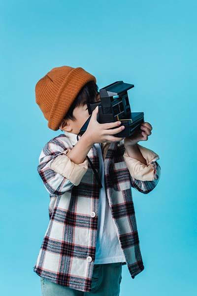 chico haciendo foto